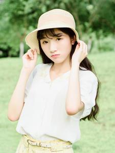 甜美少女绿茵草地清新写真