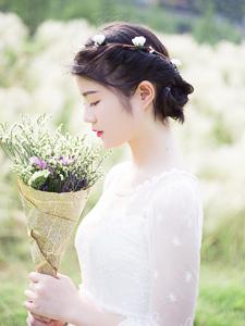 白皙捧花少女草原写真靓丽唯美