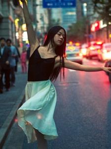 夜晚灯光街道上的气质美女翩翩起舞