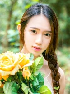 清纯邻家女一袭白色吊带装甜美写真