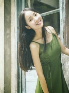 纯真少女旧城区内笑脸迷人青春可爱