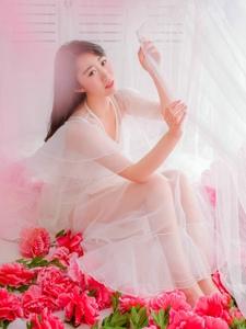 蕾丝裙美女白纱鲜花娇艳欲滴