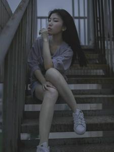 夜晚天台上的寂寥孤独少女