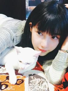 甜美黑长直软妹和她的小白猫