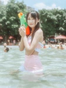 光影夏日泳池里的双马尾萌妹子