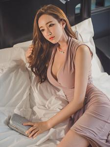 靓丽美模床上诱惑蜜乳隐现撩人写真