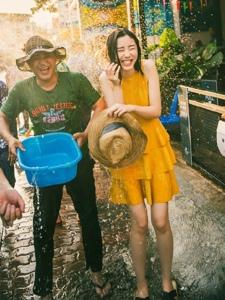 泰国泼水节被围攻的欢快少女大年夜家齐湿身