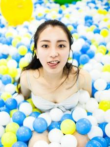夏日清新海洋球颜色鲜艳少女靓丽