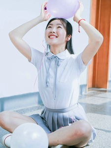 气球少女校园内可爱笑脸灿烂