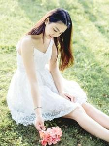 白裙气质美女草坪上笑颜魅力动人