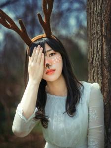 昏暗森林里的麋鹿甜美妹子俏皮可人