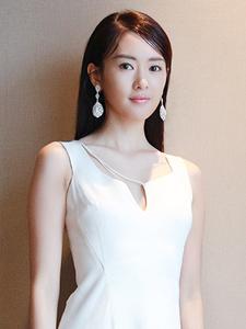 童瑶亮相品牌活动着装显优雅