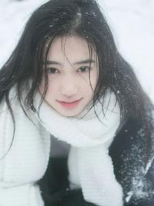 雪天内的白皙嫩肤美女放肆微笑