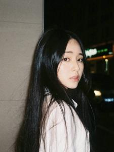 黑夜中的白衬衫少女貌美肤白日常照