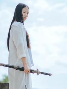 古风少女长剑出鞘气质潇洒