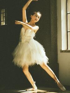 昏暗私房内的芭蕾舞气质美女翩翩起舞