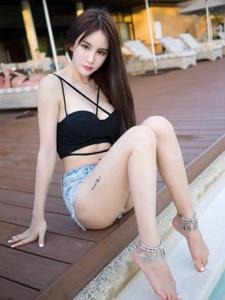 超短热裤吊带背心泳池边的热辣写真