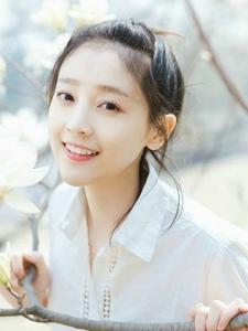 漂亮美女纯白花海中纯净笑容