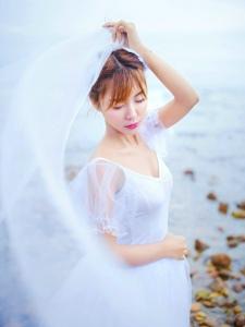海岸边的气质白纱女神优雅起舞