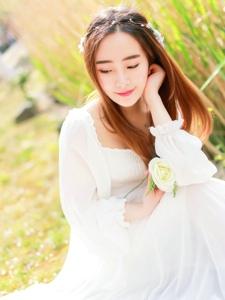 阳光和微风下的白纱女神气质养眼