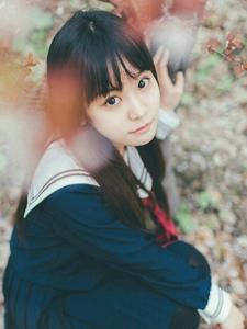 制服齐刘海学生妹子花海中大眼迷人