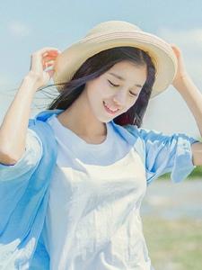 阳光下的草帽美女随性自由笑容灿烂