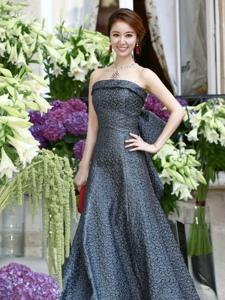 林心如身穿高定抹胸长裙,佩戴BVLGARIRuby系列珠宝亮相