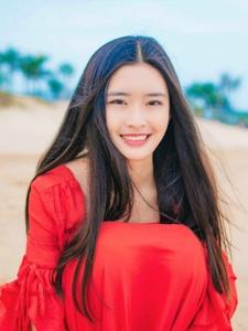 海边晴空下的红裙长发女神笑脸迷人