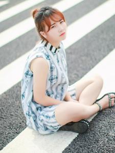 街道中的白皙少女率性写真