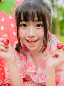 鲜红草莓少女绿茵草地甜美俏皮写真