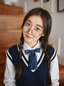 可爱眼镜学院风少女清新氧气