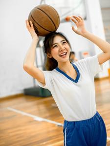 爱运动的妹子清新活力篮球写真