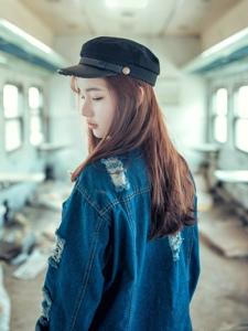 破舊列車上的牛仔少女孤獨思念