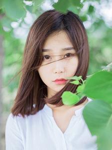 绿荫下的白皙可人甜美少女