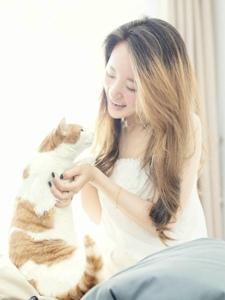 早晨慵懒美女与猫咪玩耍新的一天