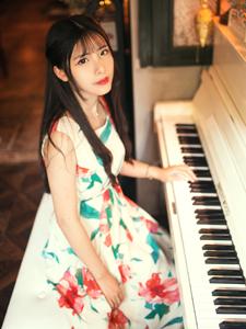 清纯文艺少女慵懒下午钢琴作伴