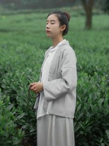 文雅清丽美女绿林中安静怡人