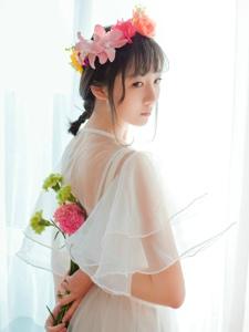 纤瘦甜美花环少女白纱长裙纯洁动人