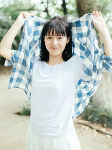 格子衬衫清新女孩郊外休闲写真