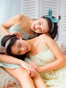 清新姐妹花碎花裙蝴蝶发带笑容甜美
