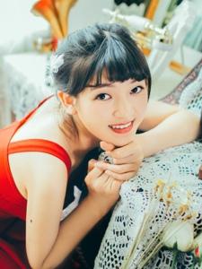 可愛甜點少女紅裙笑臉燦爛惹人愛