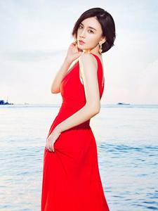 吕佳容一袭红裙性感撩人海滩写真
