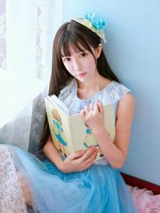 蓝色房间内的甜美少女宛如童话公主