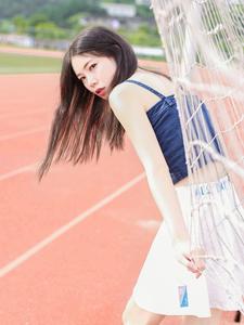 纤瘦少女吊带操场活力写真