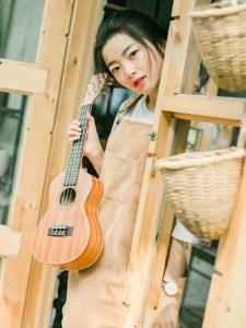纯真圆脸背带裙少女热爱摄影吉他