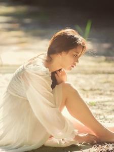 户外逆光下的白裙成熟美女耀眼亮丽