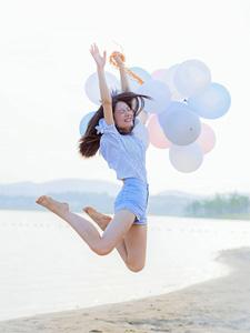 气球少女海边沙滩跳跃写真青春活力