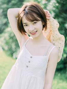 可爱吊带草帽白皙少女绿茵草地静谧凝望写真