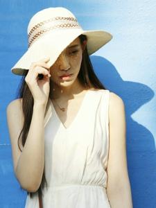 阳光下草帽长发美女寂静柔美