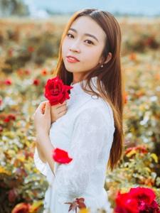 玫瑰花海中的梨涡美女浅笑迷人